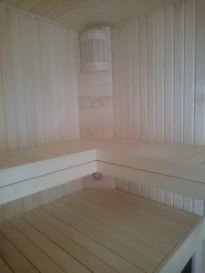 Holzbank in der Dachetage